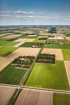 Luchtfoto van boerderijen in de Noordoostpolder van Frans Lemmens