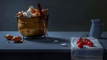 Nature morte d'une marmite en cuivre avec oignon et tomate sur Willy Sengers