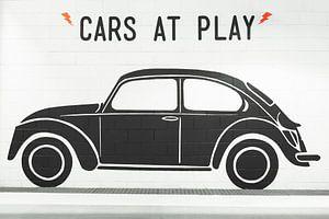Le Volkswagen scarabée noir sur un mur blanc