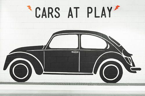 Zwarte Volkswagen Kever op witte muur