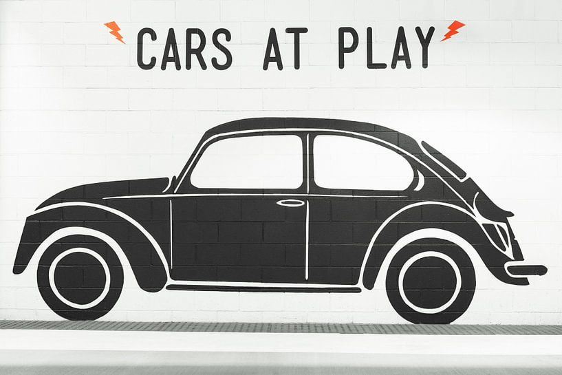Zwarte Volkswagen Kever op witte muur van Jan van Dasler