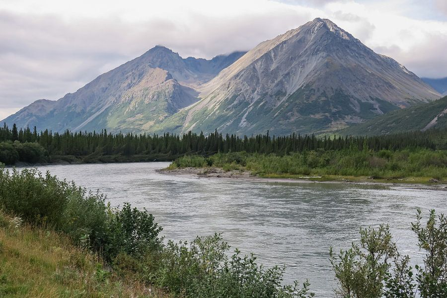 Berg langs rivier