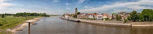 Panorama van de Deventer skyline met rivier de IJssel