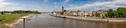 Panorama van de Deventer skyline met rivier de IJssel van