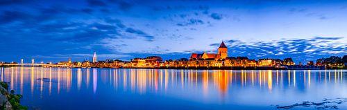 Panorama van de stad Kampen vanaf de IJssel in de avond