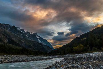 Zonsopkomst in de Aosta vallei bij Courmayeur Italie van Thijs van Laarhoven