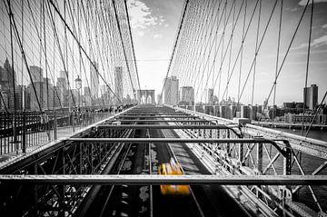 New Yorks Gelbes Taxi auf der Brooklyn Bridge von Michael Bollen