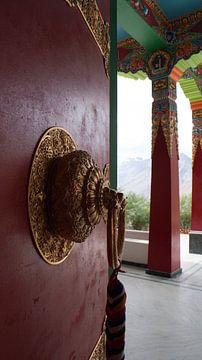 Houten entree deur, boeddhistisch klooster, Himalaya pradesh van