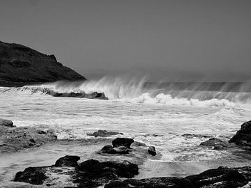 Golven op het strand van Sao Pedro, San Vicente, Kaap Verdië. van Rien Koorevaar