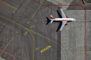 Een EasyJet Airbus op weg naar de gate op het H platform te Schiphol van