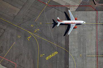 Een EasyJet Airbus op weg naar de gate op het H platform te Schiphol von
