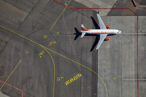 Een EasyJet Airbus op weg naar de gate op het H platform te Schiphol van Marco van Middelkoop