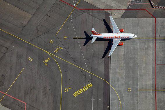 Een EasyJet Airbus op weg naar de gate op het H platform te Schiphol