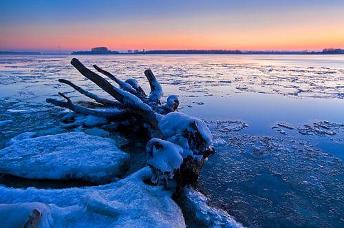Hollands Landschap, winterlandschap bij zonsopkomst of zonsopgang, Dordrecht, Nederland van Frank Peters