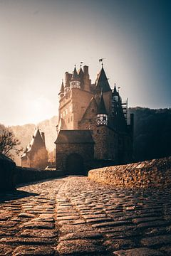 Burg Eltz in deutschland mit unglaublichen Sonnenlicht von Fotos by Jan Wehnert