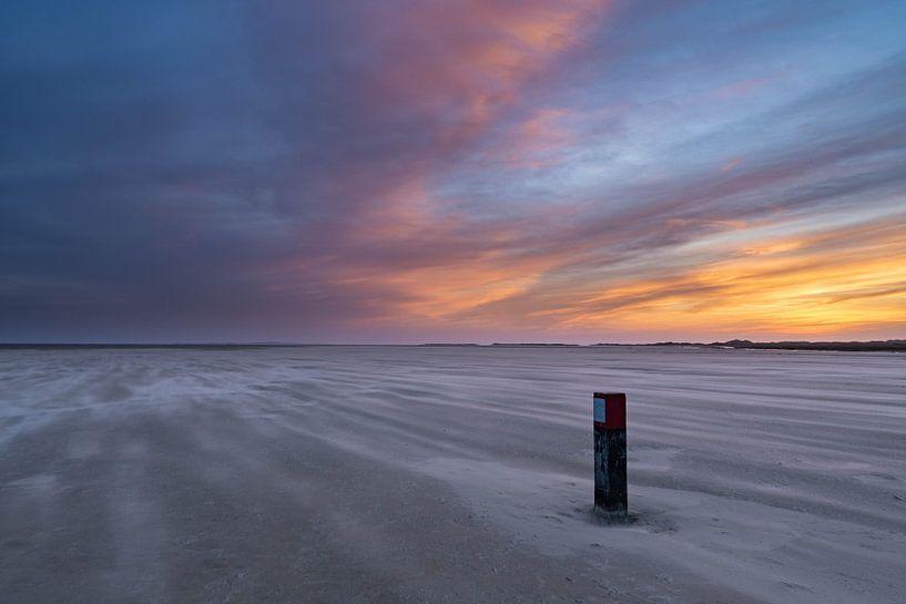 strandpaal met stuifzand van Marjolein van Roosmalen
