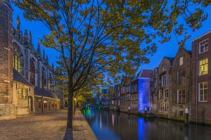 Grote Kerk en Pottenkade in Dordrecht in de avond