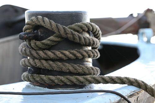 touw om een bolder op een schip