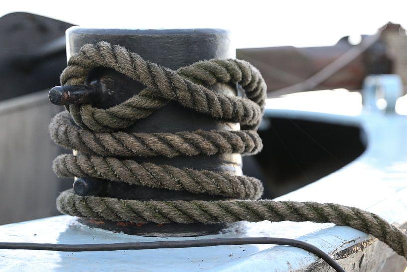 touw om een bolder op een schip van Frans Versteden