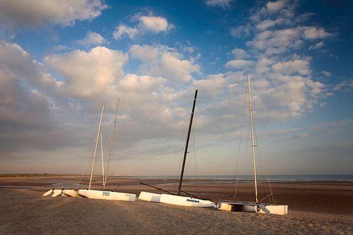 Cadzand catamarans op strand van