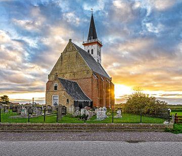 Zonsondergang en kerk den Hoorn op Texel / Church of den Hoorn on Texel during a amazing sunset van