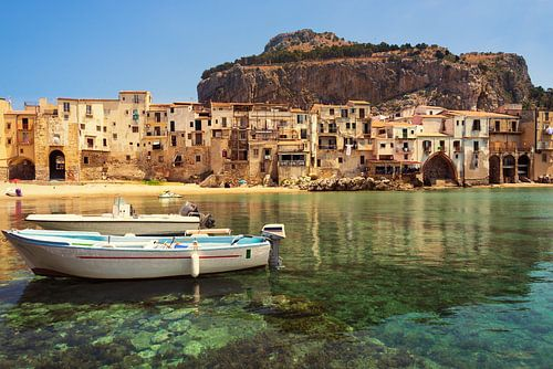 Oude stad Cefalu met haven, bootjes en stadsstrand in Sicilië van