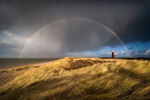 Een regenboog boven de vuurtoren van Ouddorp