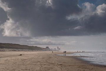 Op het strand met donkere regenwolken van Anges van der Logt