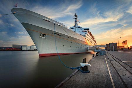 De SS Rotterdam tijdens zonsondergang