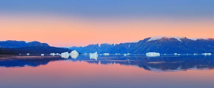 Zonsondergang in de Scoresby Sund, Groenland van Henk Meijer Photography