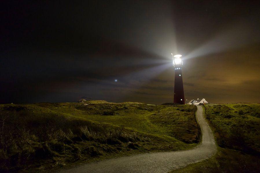 Vuurtoren van Schiermonnikoog in de duinen in de nacht van Sjoerd van der Wal