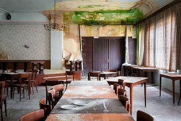 Hôtel abandonné avec des moisissures. sur Roman Robroek