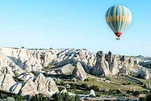 Luchtballon en rotslandschap