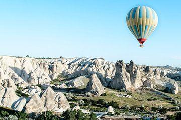 Luchtballon en rotslandschap von Tim Wong