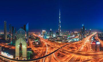 Dubaï Skyline Sheyk Zayed Road Panorama à l'heure bleue sur Jean Claude Castor