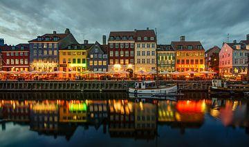 Kopenhagen - Nyhavn bij avond van Maarten de Waard