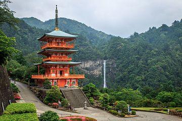 Ein schöner Blick auf die Pagode von Seigantoji und den Nachi no Taki-Wasserfall in Japan. von Claudio Duarte