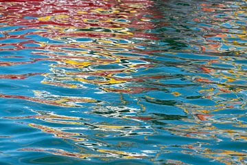 Abstracte kleurrijke spiegeling van een boot in het water van een haven van Tonko Oosterink