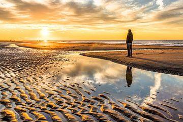 Een man geniet van de zonsondergang in Kijkduin (Den Haag) van Claudio Duarte