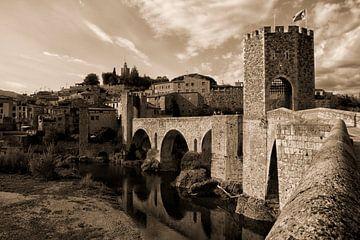 Besalu, een Middeleeuws stadje in Cataluña Spanje van Pauline Aalfs