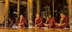 Monniken in tempel in Myanmar van