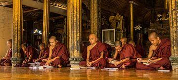 Monniken in tempel in Myanmar van Edzo Boven