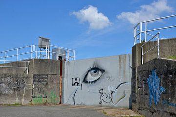Poort in betonnen muur van Gerda Beekers