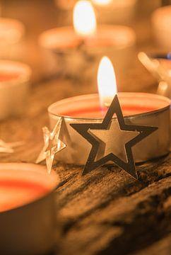Feestelijk brandende rode advents- en kerstkaars van Alex Winter