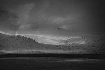 Minimalistische, abstrakte Schwarz-Weiß-Landschaft von Island von Holly Klein Oonk