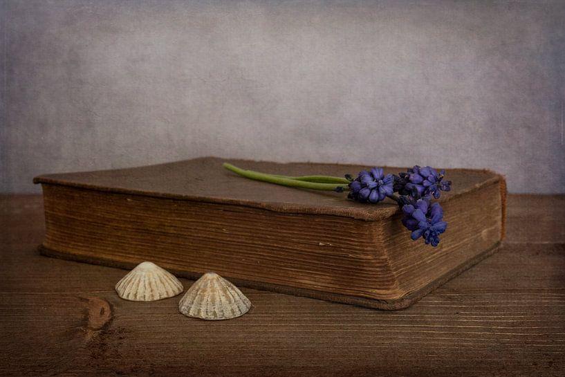 Stilleven met boek en blauwe druifjes van Elly van Veen