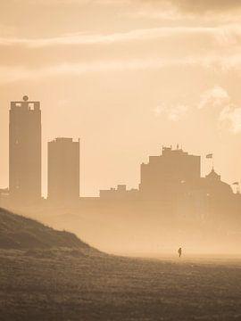Eenzaam persoon in Scheveningen van Sander van Driel