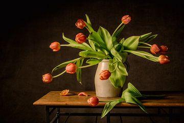 Stilleven oranje tulpen van Monique van Velzen