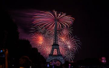 Vuurwerk op Bastille Day in Parijs. van Angelo de Bruin