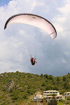 Paragleiten entlang der Berglandschaft von Lefkada von Shot it fotografie